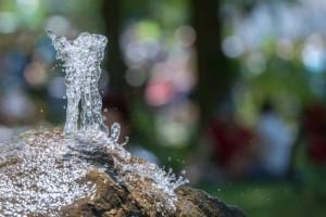 Sprudelnde-Wasserquelle-aus-einem-Naturstein