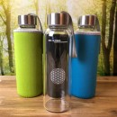 Saftflasche-aus-Glas-mit-Neoprenhülle